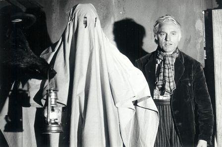 Swiebertje speelt voor het spook dat Bromsnor in paniek zal brengen